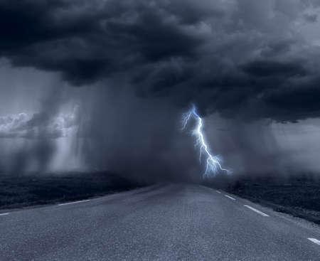 道路上の暗い嵐雲 写真素材