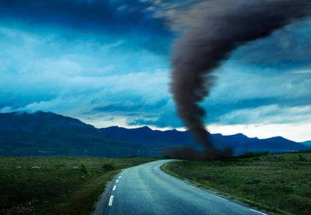 tornado cada vez más cerca en la carretera