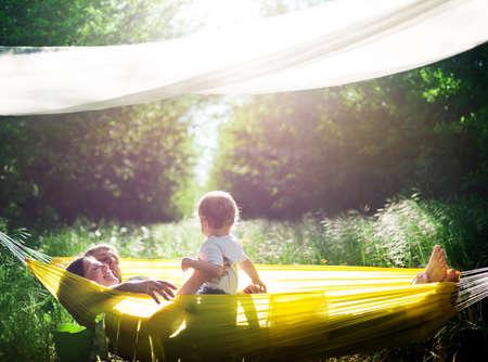 hamaca: familia feliz divertirse al aire libre