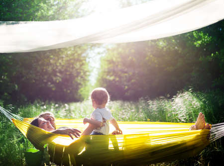 familia feliz: familia feliz divertirse al aire libre