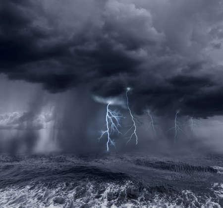 바다 위에 어두운 폭풍우 구름