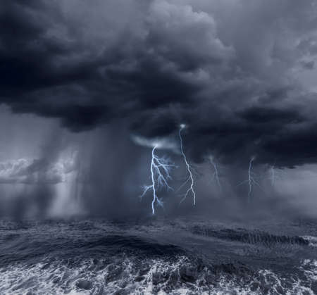 Donkere stormachtige wolken boven de oceaan