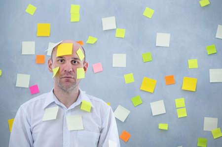 Geschäftsmann mit klebrigen Notizen überwältigt