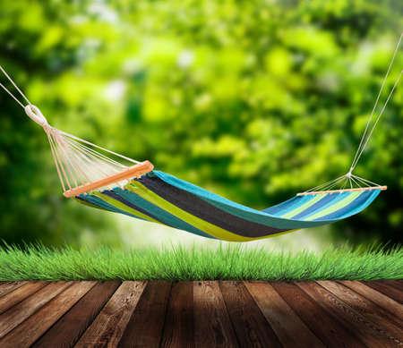 hammock: Relajarse en la hamaca en el jard�n Foto de archivo