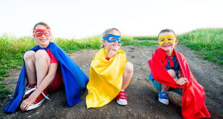 niños actuando: los niños a actuar como un súper héroe