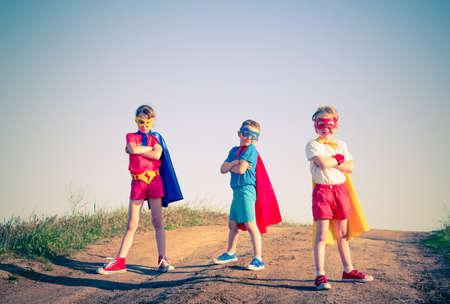 amistad: ni�os actuando como un superh�roe retro de la vendimia Foto de archivo