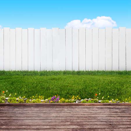 夏には裏庭で木の板 写真素材