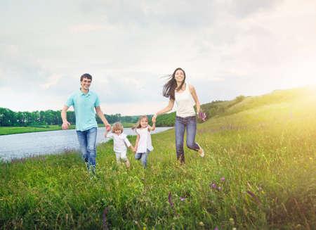 familia disfruten de picnic al aire libre