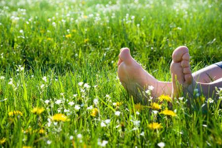 Piedi nudi su erba di primavera e fiori Archivio Fotografico - 32929253