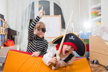 petite fille avec robe: les enfants jouent pirates