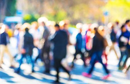 persona cammina: folla di persone