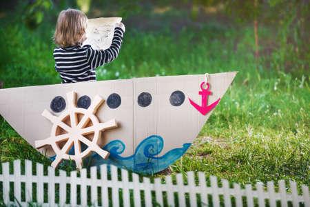 pirata: niño juega pirata en el patio trasero Foto de archivo