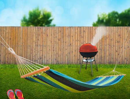 hammock: hamaca y barbacoa en el patio trasero Foto de archivo