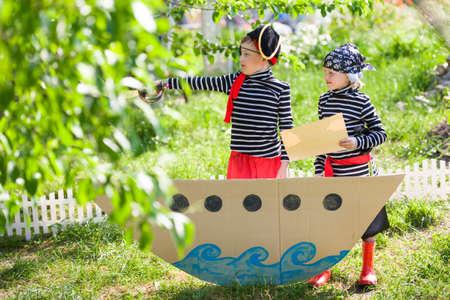 kinderen spelen piraten buiten Stockfoto