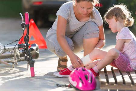 niños en bicicleta: hijo después de accidente de bicicleta Foto de archivo
