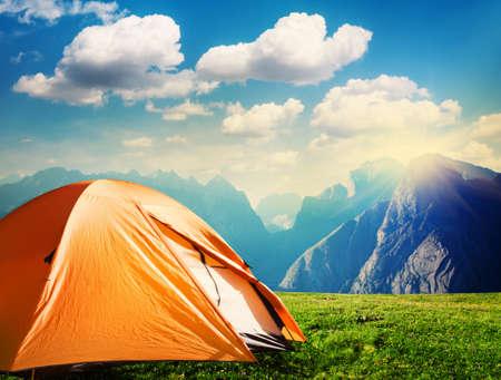turista tenda da campeggio in montagna