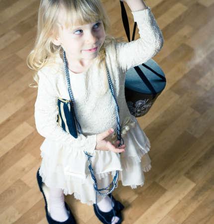 niños actuando: chico de actuar y vestirse con la ropa