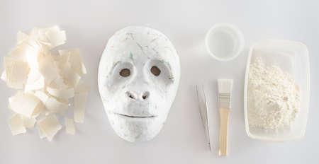paper craft: hacer papel maché Foto de archivo