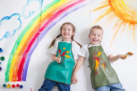 niños de la pintura del arco iris Foto de archivo