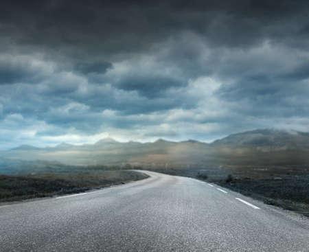 Dunkle stürmischen Wolken auf der Straße