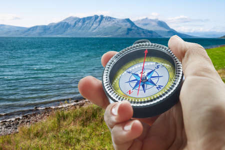 Kompass und Hand in den Bergen