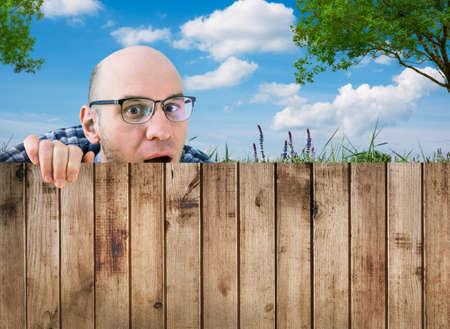 nieuwsgierige buurman