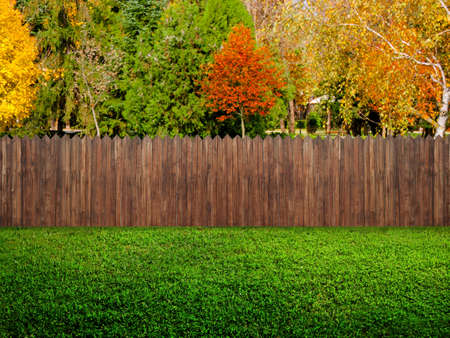 Cerca de madera del jardín en el patio trasero