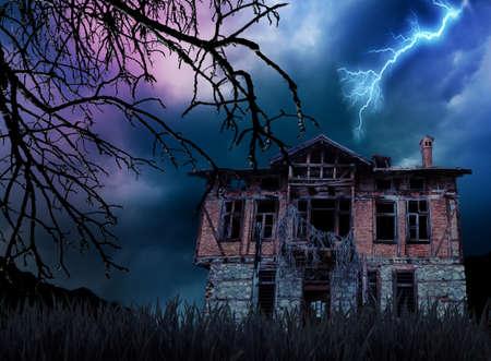 slecht weer en griezelig, spookachtig oud huis Stockfoto