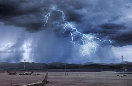 mauvais temps et tempête avec éclair à l'aéroport