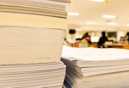 Document papier et livre sur fond de concept bureau et finance, conception pour la publicité, illustration et bannière. Banque d'images - 93641655