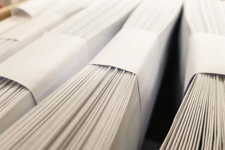 Piles de conception d & # 39 ; enveloppes blanches Banque d'images - 93641658