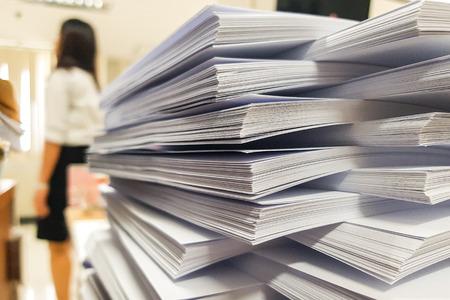 Document de recyclage papier avec flou femme travaillant sur fond de bureau Banque d'images - 93641671