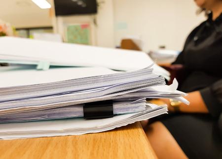 Document papier sur le bureau avec femme travaillant flou, fond de concept de bureau, design pour la publicité et la finance. Banque d'images - 93641676