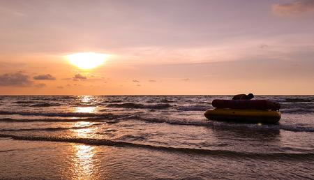 Beau coucher de soleil ou lever de soleil sur la mer avec canot pneumatique et entraîneur sur fond de ciel pourpre et vanille, concept de nature et de paysage, design pour l'illustration, les voyages et la publicité. Banque d'images - 93641706