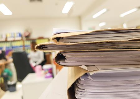 Fichier de document brun avec document papier sur fond de bureau . Banque d'images - 93641741