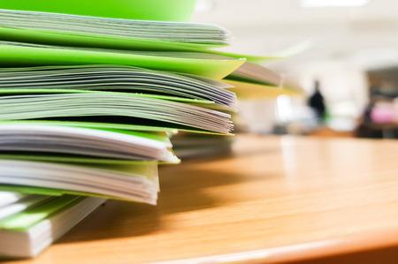 Piles de document vert sur le bureau, concept de fond de bureau. Banque d'images - 93641774