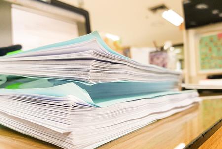 Document papier bleu avec le matériel de bureau sur le bureau, fond de concept de bureau, design pour la publicité. Banque d'images - 93641797