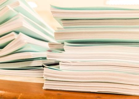 Piles de document bleu sur fond de concept de bureau, bureau et affaires, design pour la publicité, illustration, bannière. Banque d'images - 93641811