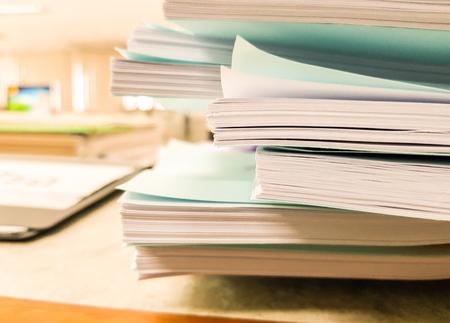 Triez les documents papier blanc et bleu sur les conceptions desk.business, office et finance, design pour la publicité, illustration, bannière. Banque d'images - 93641813