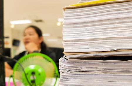 Document de livre blanc avec femme travaillant flou, fond de concept de bureau, design pour la publicité et la finance. Banque d'images - 93642325