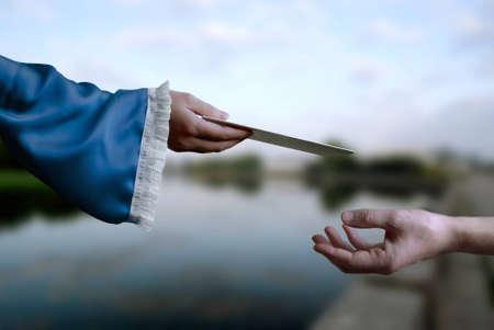 traslados: La mano femenina transfiere la carta a mano de un hombre Foto de archivo