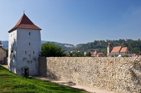 旧市街の壁との背景に黒の教会。ブラショフ、ルーマニア 写真素材
