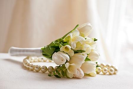 真珠のネックレスとウェディング ブーケ 写真素材
