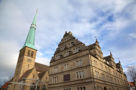 St ニコラス教会とシュティフツヘレンハウス (左) 結婚式家ハーメルン、ドイツ 写真素材