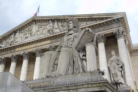 パリ、フランス国立アセンブリの近く像