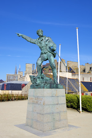robert: Monument to Robert Surcouf  Saint-Malo, France