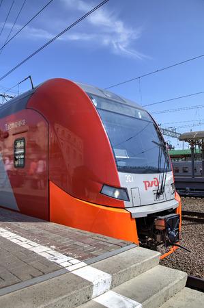 Speed ??elektrische trein Desiro RUS Lastochka Moskou - Nizhny Novgorod op Kursky treinstation Moskou, Rusland Stockfoto - 30672206