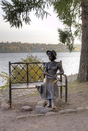 """provincial tourist area: Composici�n escult�rica en la orilla del Volga """"Dachnitsa (residente de verano)"""" (2010): estatua Chica  's. Ples, Anillo de Oro de Rusia"""