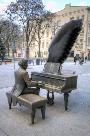 pianista: Monumento al pianista polaco Arthur Rubinstein. Lodz, Polonia Editorial