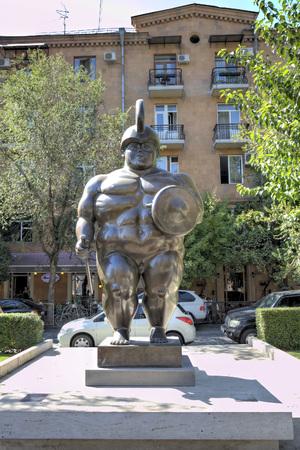 """escultura romana: La escultura del famoso escultor colombiano Fernando Botero """"El gladiador romano"""". Armenia, Yerevan."""